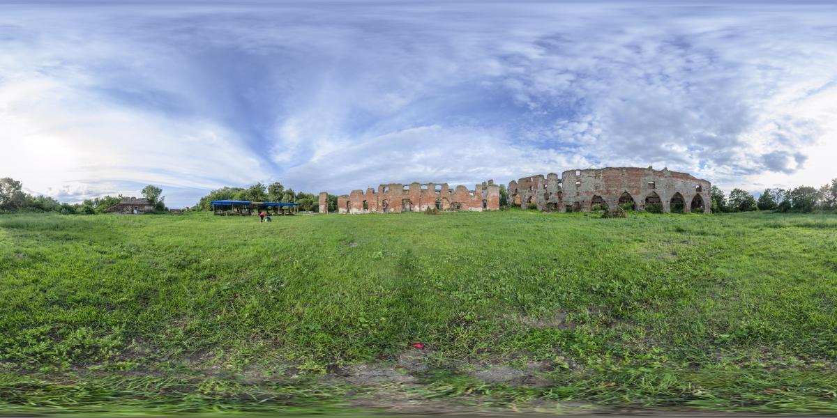 Руины замка Брандербург - В центре замковой блощади