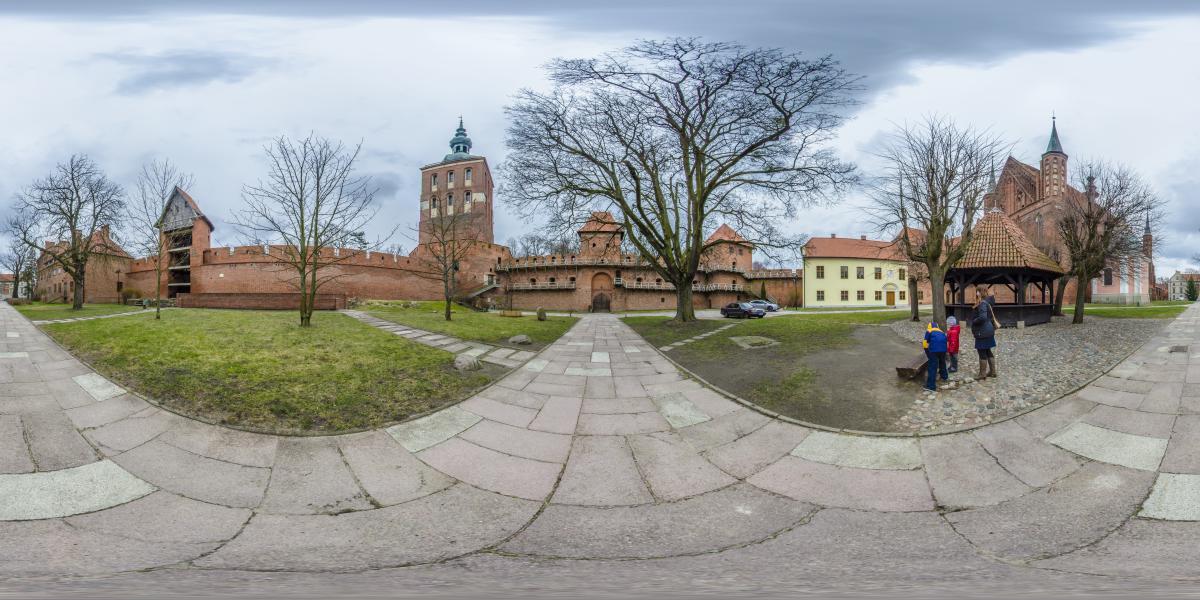 Замок Фромборк | Польша - Во дворе, вид на крепостную стену