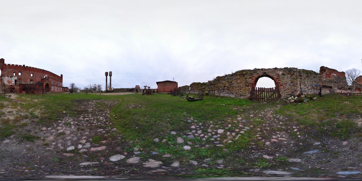 Замок Шаакен - Во дворе у внешней стены
